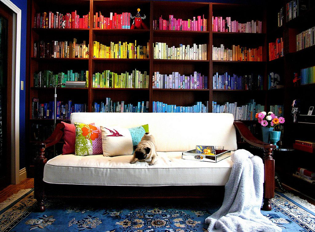 mendekor ruangan dengan buku